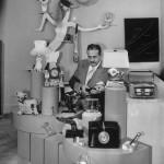 Els objectes envolten Raymond Loewy. Fotografia: LIFE