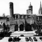Plaza de Berenguer en 1942. A la izquierda de la capilla de Santa Agueda se ve la casa Padellàs recién trasladada. A la derecha un edificio de viviendas del siglo XIX.