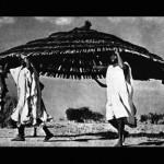 Aldo van Eyck se pregunta en una conferencia: Large hat or small roof? Fotografia: George Rodger