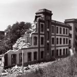 Derribo de los Talleres Ferroviarios del Poblenou cercanos al barrio de la Mina. Julio 1988.