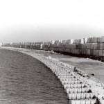 Bloques de hormigón acopiados sobre el Dique de Abrigo del Port Olímpic. Octubre 1989