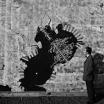 Kenzo Tange junto a la maqueta del Pan para Tokio, 1960. Fotografía: Akio Kawasumi