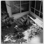Fotografía exterior del patio de la Casa-estudio del escultor Efthymiadou, 1949. Dimitris Pikionis. ANA-67-24-184. (Fuente: Archivo Dimitris Pikionis, Benaki Museum Athens)