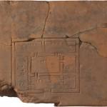 Tablilla con la representación de un edificio. Mesopotamia, ciudad estado de Lagash (Al-Hiba), actual Irak. Del año 2000 aC aprox. Staatliche Museen zu Berlin, Vorderasiatisches Museum.