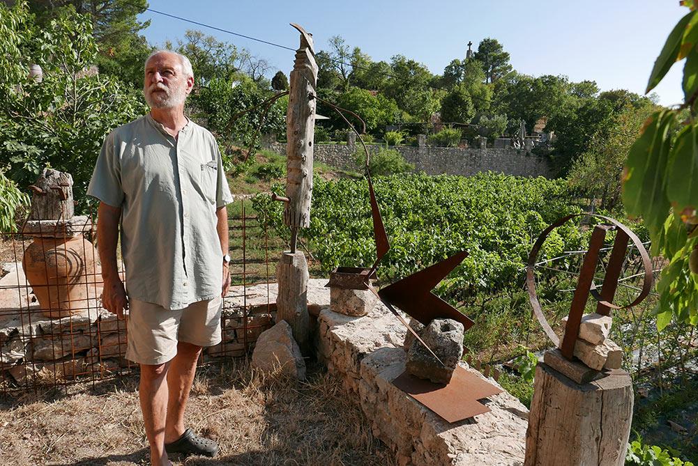 Sergi Casademunt al costat de les seves escultures, a Siurana