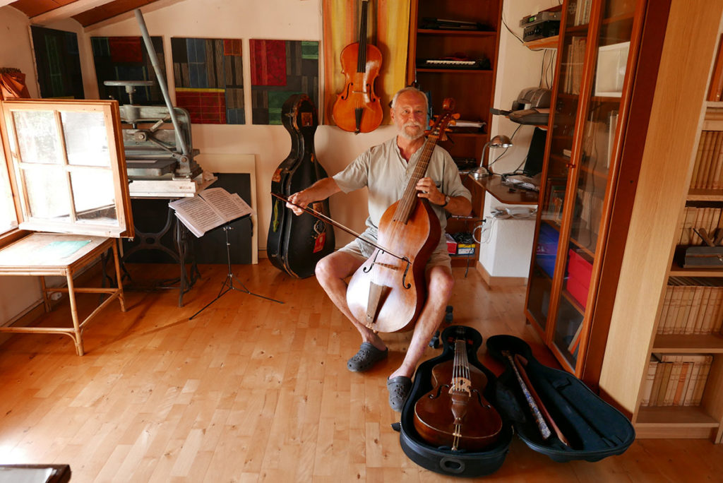 Sergi Casademunt tocant una viola de gamba a la seva casa de Siurana